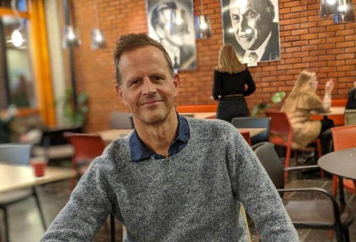 Halvor Mehlum tar gjerne en kaffe i kaffebaren Trygve med de to Nobelprsivinnerne i økonomi voktende over lokalet på veggen.