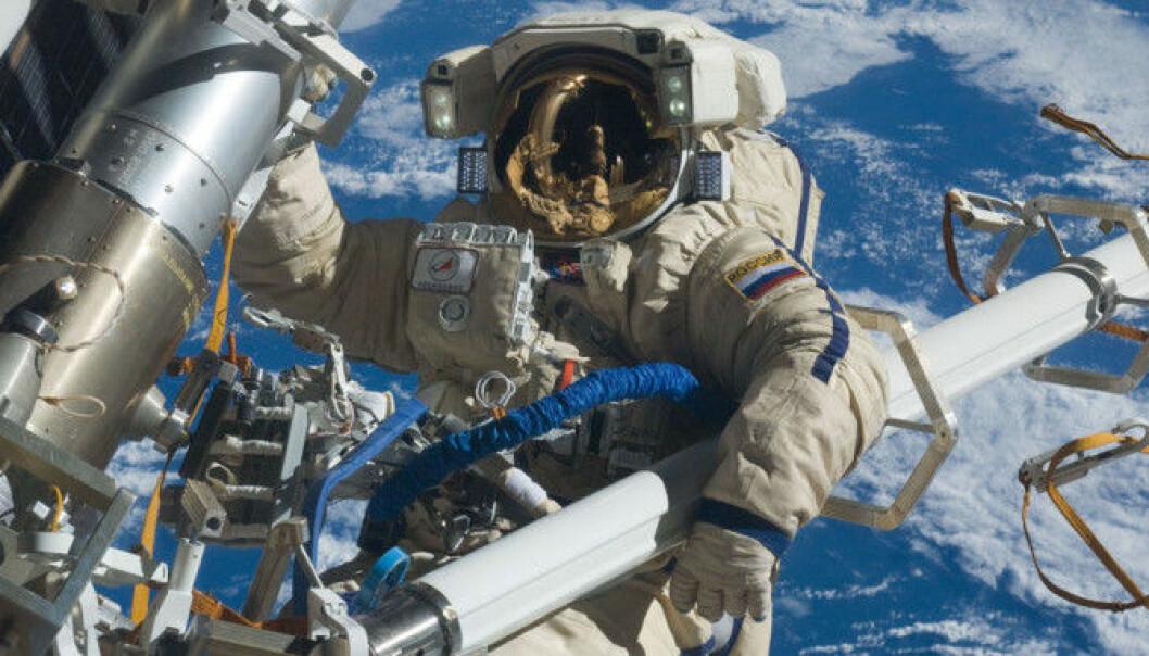 Her jobber kosmonauten Anton Sjkaplerov på utsiden av romstasjonen i 2012.