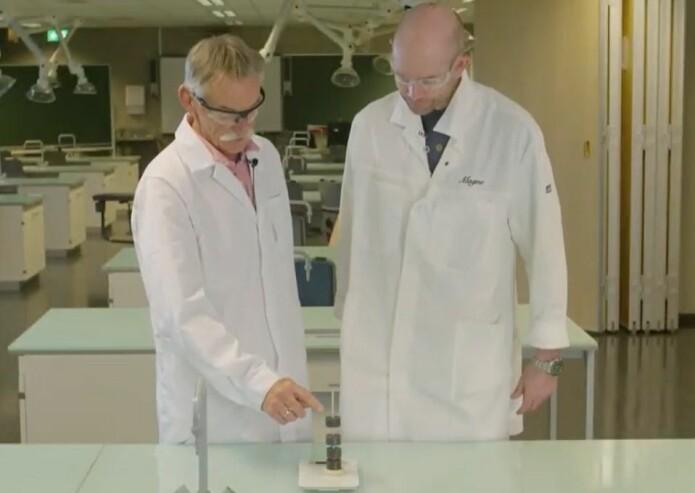 Forsøka er gjort av Inge Christ og Magne Sydnes. Inge er avdelingsleiar ved Skolelaboratoriet på Universitetet i Stavanger og Magne er professor i kjemi.