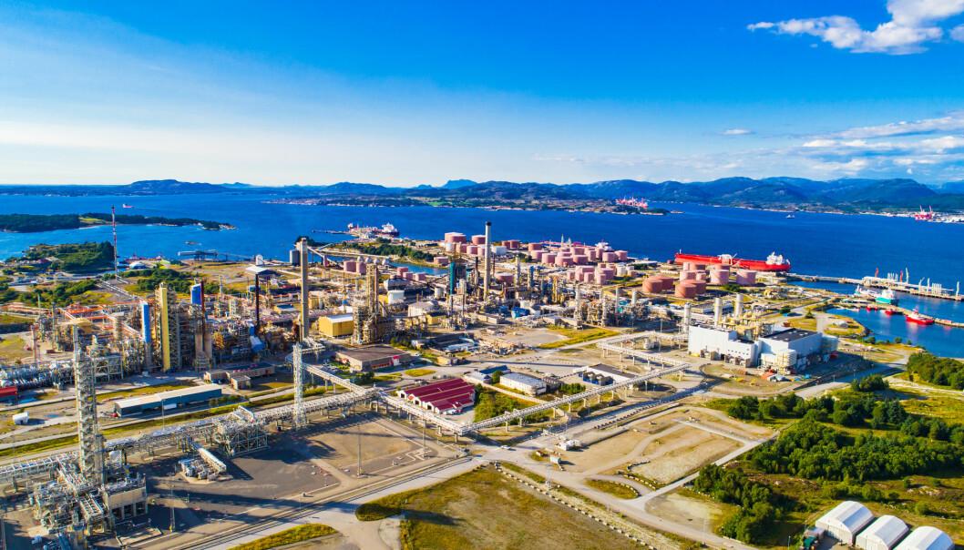 Oljeraffineriet på Mongstad er Norges største og produserer blant annet bensin, dieselolje, jetdrivstoff og lette petroleumsprodukter.