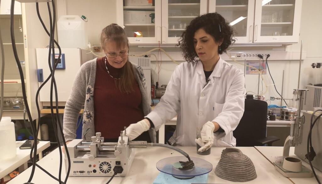 Professor Anna Lena Kjøniksen (t.v.) og førsteamanuensis Shima Pilehvar forsker på betong som kan brukes til bygging på månen.