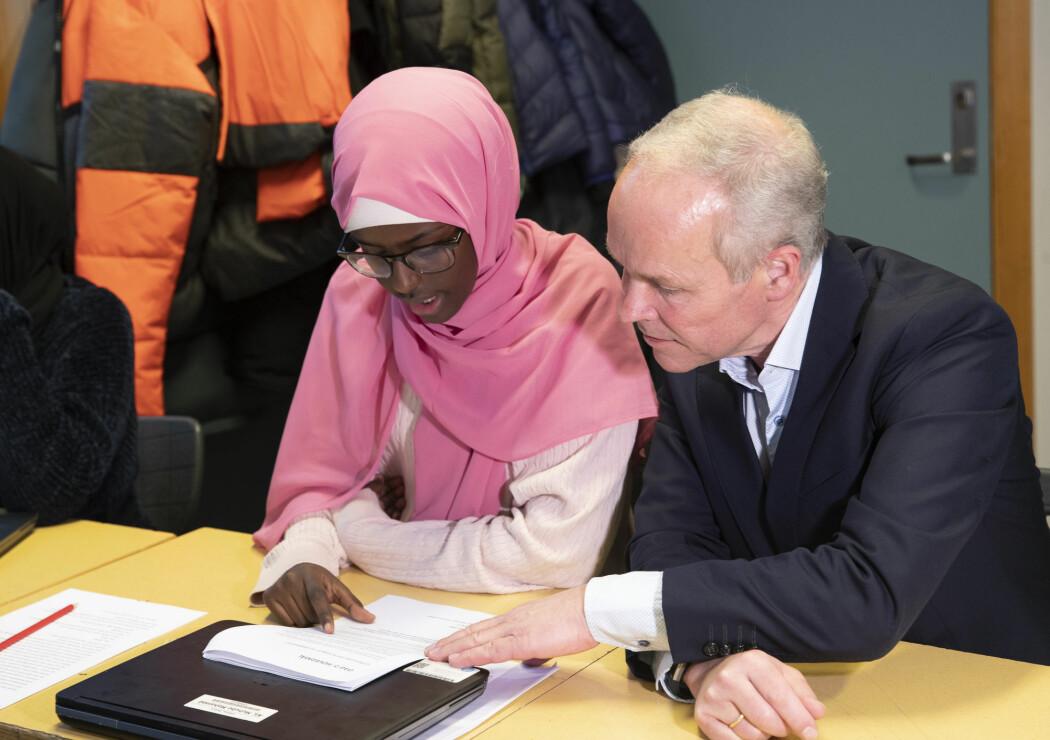 Kunnskaps- og integreringsminister Jan Tore Sanner (H) la tirsdag fram den siste PISA-undersøkelsen på Jordal skole i Oslo. Her sammen med en av 9.-klassingene ved skolen.