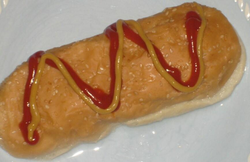 Rekonstruksjon av den lokale spesialiteten bløyta brød - godt mimret på Facebookgruppa: Et pølsebrød ble dyppet godt ned i pølsevannet. Noe av vannet ble klemt ut med pølseklypa, men det var et godt bløyta brød med pølsesmak vi kjøpte billig og dekket med ketchup og sennep. Stekt løk var også en mulighet. Kanskje oppsto denne lokale delikatessen fordi vi ikke hadde råd til pølsa. Kanskje er det en avart av juleretten mølje, som i Eiker er flatbrød bløytet i kjøttkraft med fett på. (Foto: Io Delgado)