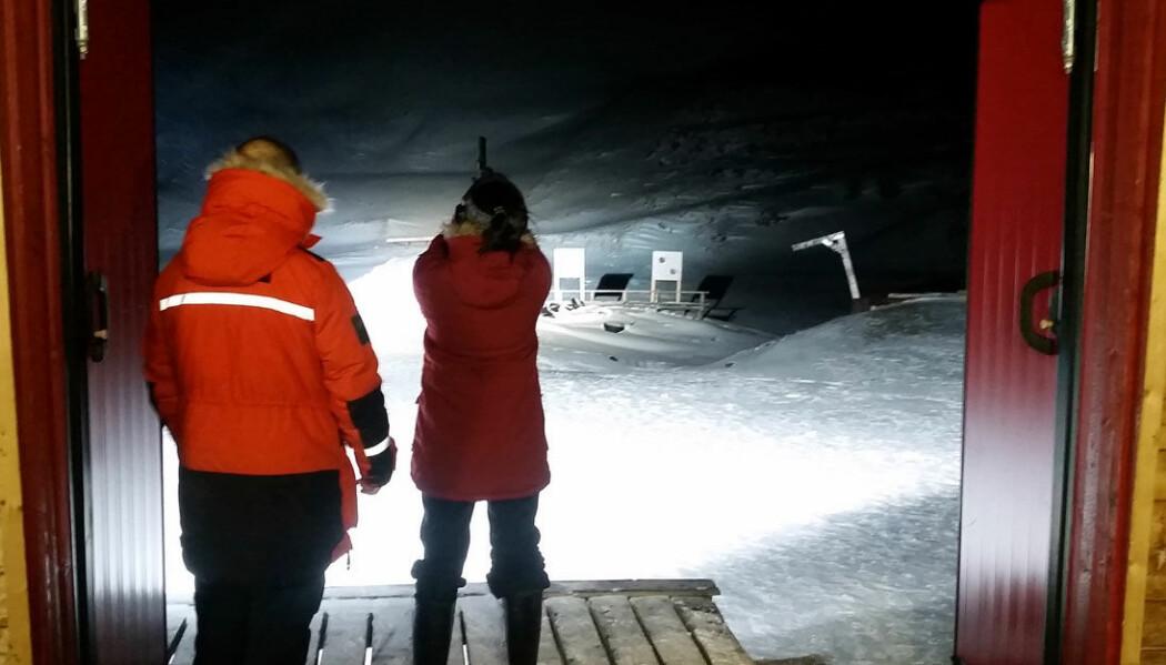 Forskerne måtte på Longyearbyen skytebane for å oppfriske våpenkunnskapene sine. Her testes signalpistol.