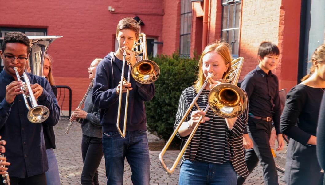 Unge musikarar kan ha mykje moro, men òg her vil alvor og prestasjonsangst slå inn for mange. Her ei gruppe frå Barratt Due musikkinstitutt.