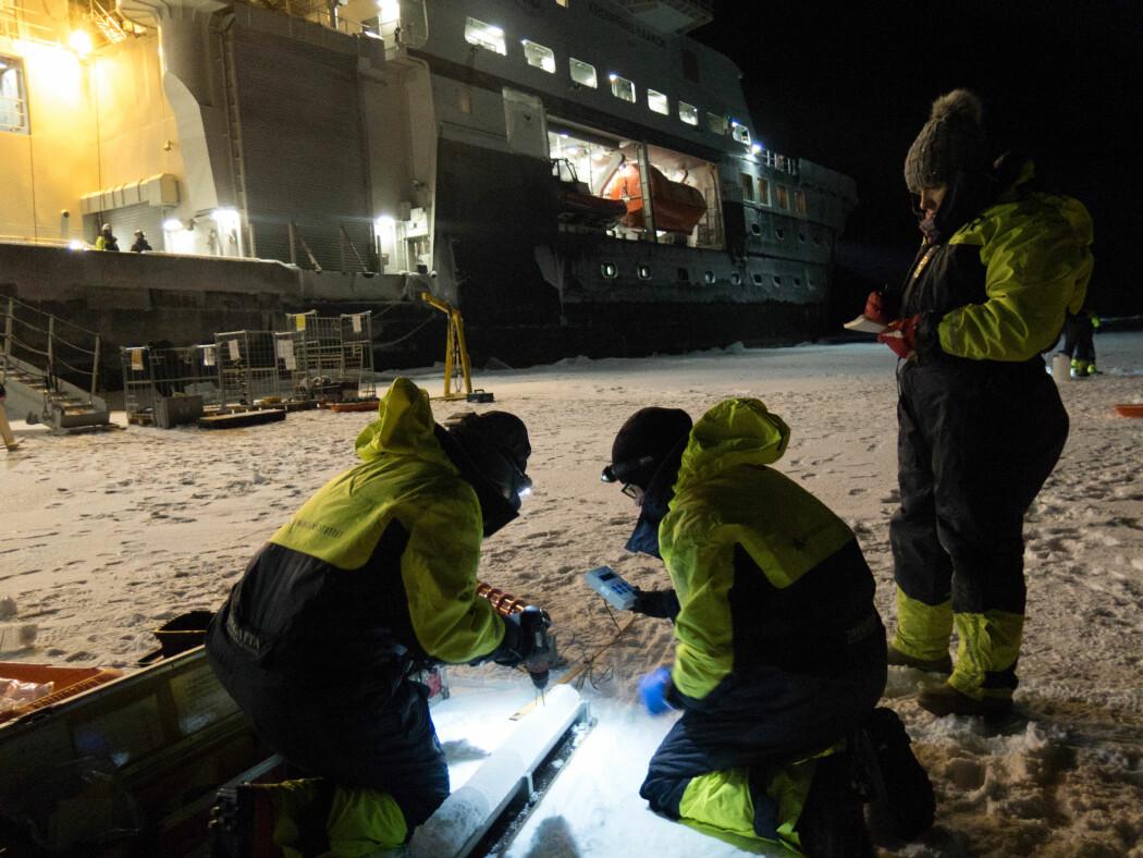 Arbeidet på isen har startet. Iskjerner analyseres på stedet på 82 grader nord og 28 grader øst. Mer enn 3000 meter dypt arktisk vann under isen.