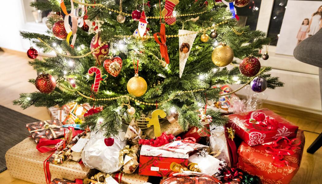 Forsker Anita Borch finner få tegn til en dreining mot mer bærekraftig jul. De fleste skal gi julegaver i år også. Men vi gir til litt færre mottakere enn før.