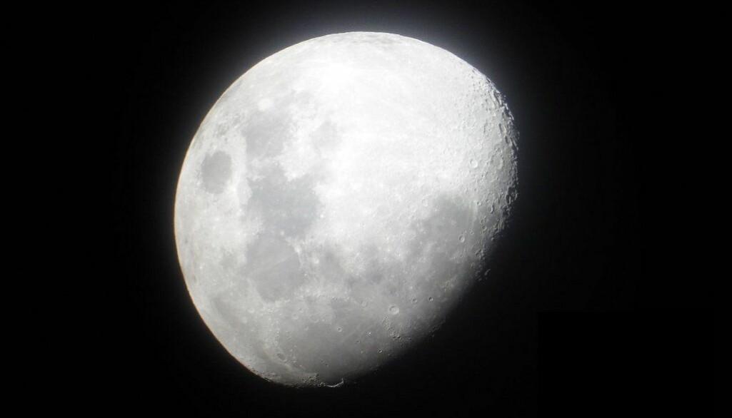 Det nye teleskopet som befinner seg bak månen skal lete etter signaler som er svært vanskelig å oppdage fra jorden.