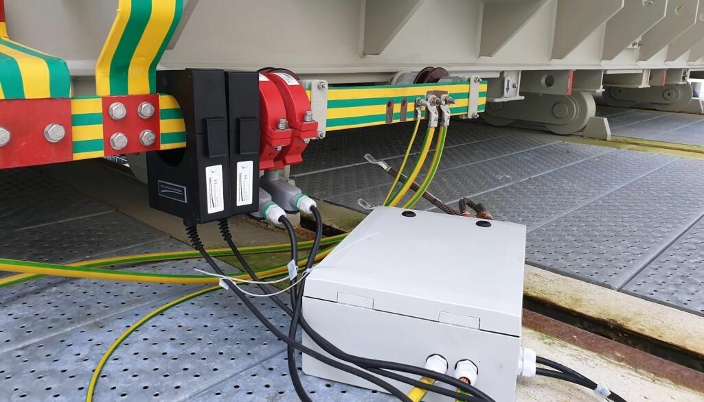 Fire sensorer er montert på transformatorens gul-grønne jordskinne. Disse måler geoinduserte strømmer i transformatoren.