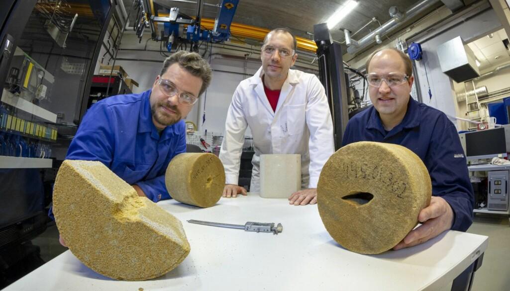 Disse forskerne kan nå finne smertegrensa for et oljereservoar som produserer sand og som dermed kan kollapse. Fra venste: Dawid Szewczyk, Andreas Berntsen og Lars Erik Walle.