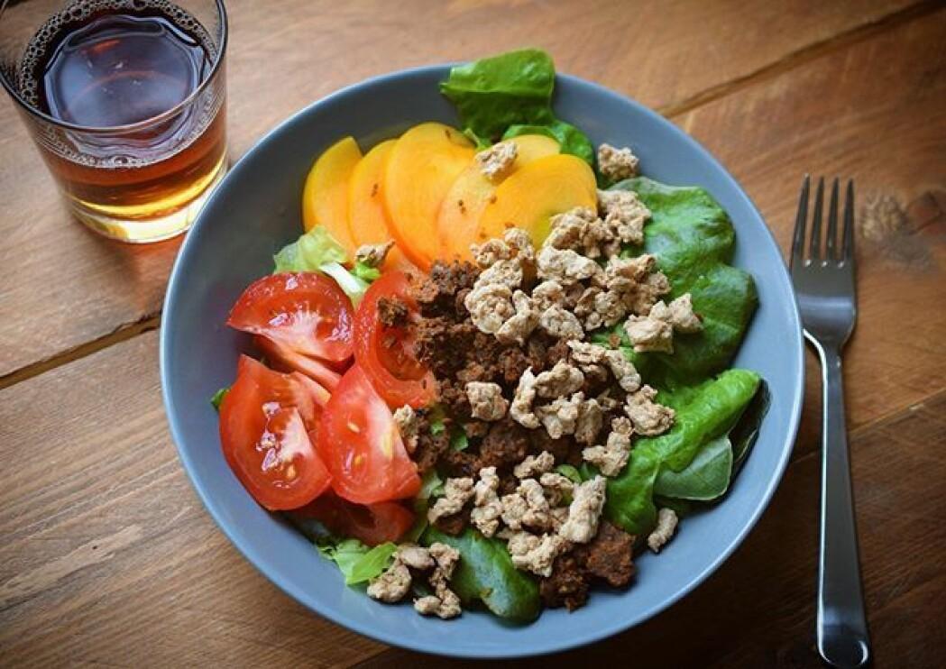 Stadig flere mennesker i verden blir opptatt av å spise både sunt, etisk og klimariktig. Da passer gresshopper godt. Her som middagsrett med salat til