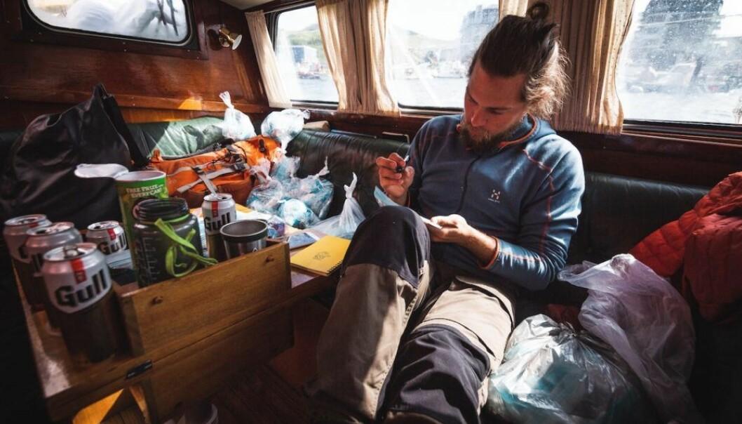 Jacob Berg Lofthus brukte to og en halv måned ombord i Ægir Expeditions seilbåt Sofie. Han jobbet som kokk, men hadde muligheten til å ta prøver for mikroplastprosjektet.