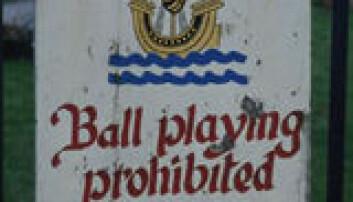 """""""Stadig sjeldnere syn. Et skilt i Irland forteller både på engelsk og gælisk at det ikke er lov til å spille ball på plenen."""""""