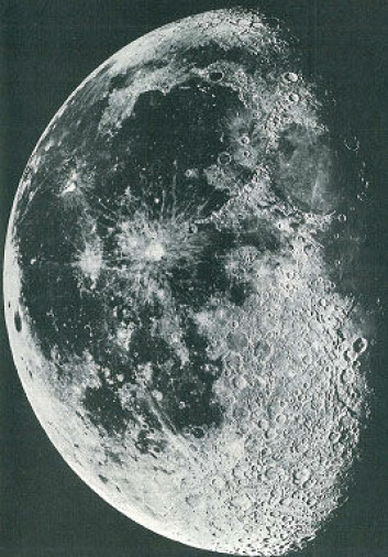 Deler av måneoverflaten med lyst høyland og dype lavlandskratre fylt med svart basaltlava (marebasalter).  Legg merke til det store antallet mindre kratere innenfor de lyse høylands-områdene og de få kraterne på de relativt unge basalt-slettene.