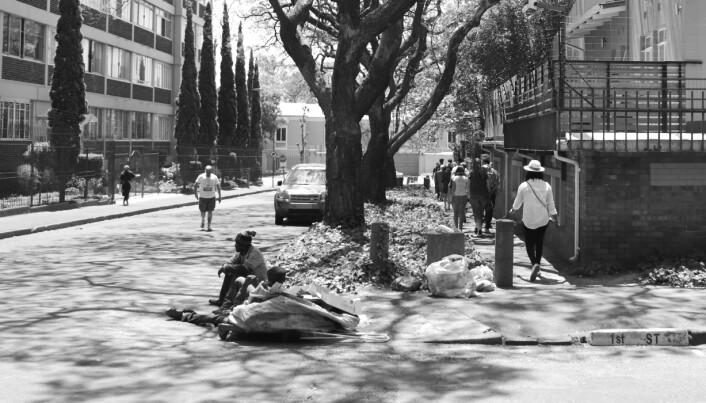 Ved veikanten i en av Johannesburgs velstående forsteder sitter to menn. De samler inn resirkulerbart avfall fra søppelkasser og selger det til formelle resirkuleringsstasjoner. Med høy arbeidsledighet finner mange muligheter i den uformelle sektoren.