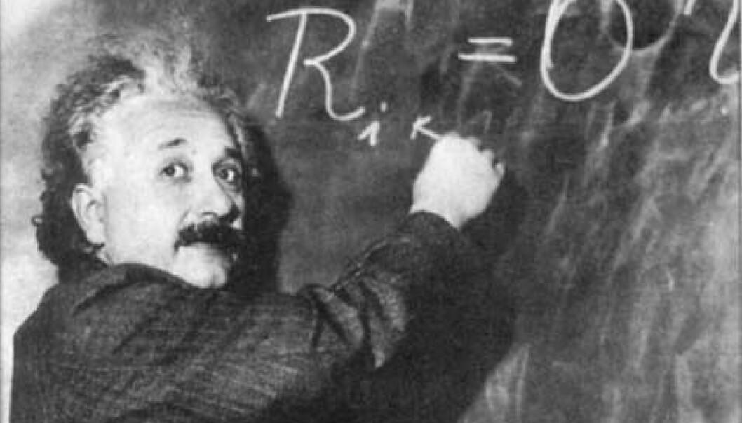 """""""Albert Einstein ble et ikon. 50 år etter sin død er navnet hans kjent over hele kloden, og man kan stadig se postere og bilder av mannen. Ansiktet og navnet gir en umiddelbar betydning. Time Magazine kåret i 1999 Einstein til 'Århundrets person'. Kan Einevold og Grøn forklare deg det viktigste i Einsteins relativitetsteori?"""""""