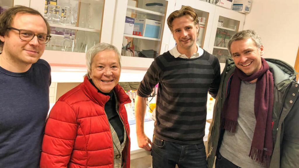 Høgskolelektor Daniel Hammarström, rektor Katrine Skretting, seksjonsleder Eirik Grindaker og professor Stian Ellefsen poserer stolte i HINNs nye molekylærlaboratorium på Lillehammer.
