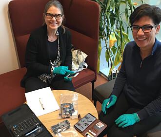 Seniorforsker Hilde Uggerud (t.v.) og forsker Golnoush Abbasi vil finne ut hvor mye av de sjeldne jordartsmetallene som befinner seg i ulike smarttelefoner – og hvor.