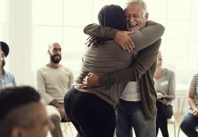 En vennskapelig gratulasjonsklem er ennå helt greit. Det er både kvinner og menn enige om.