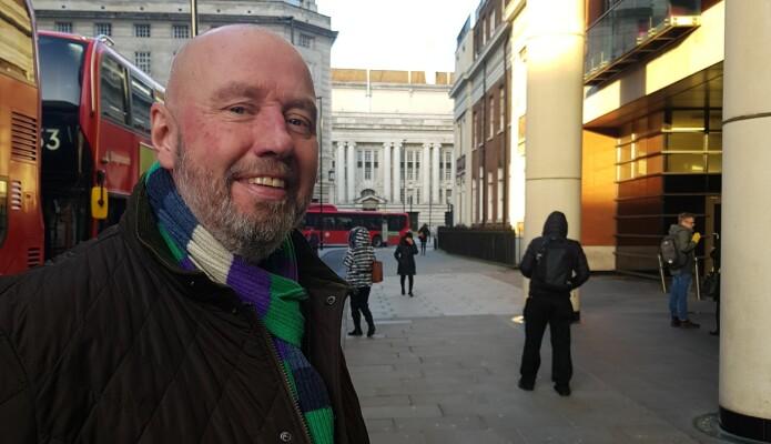 Førstelektor Jan Erik Mustad ved UiA dekker nå sitt niende valg i Storbritannia. Her er han med County Hall i bakgrunnen, der Londons selvstyreregjering satt til den ble avsatt av Margaret Thatcher i 1986.
