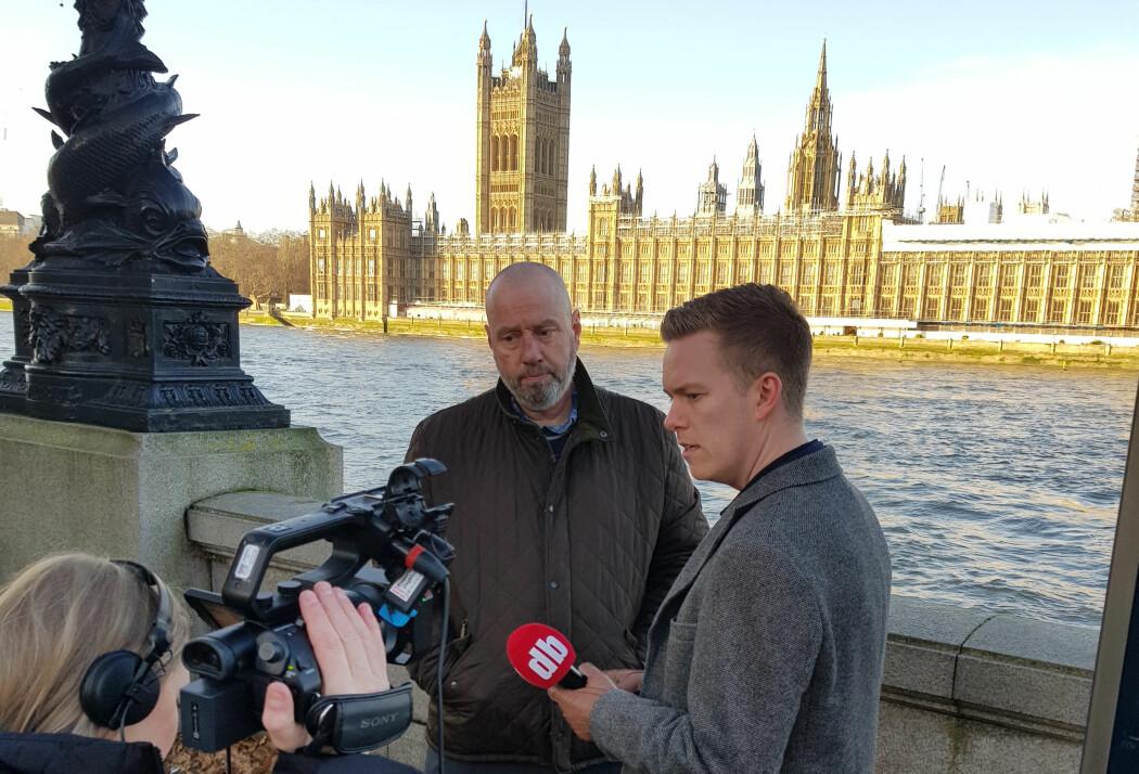 Journalistene Lise Rafaelsen (f.v.) og Jesper Nordahl Finsveen fra Dagbladet intervjuer Jan Erik Mustad dagen før valget i Storbritannia, med parlamentsbygningen i bakgrunnen.