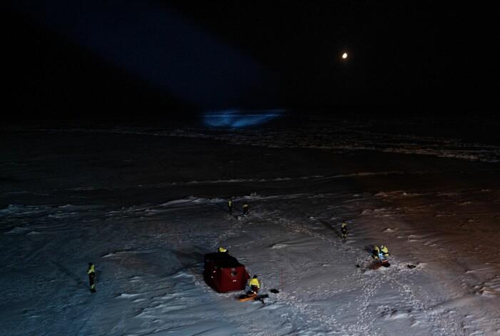 Det er mange forskere og mye utstyr i sving på havisen.