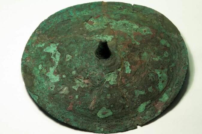 Ølby-kvinnens belteplate laget av metall fra Trentino i Italia.