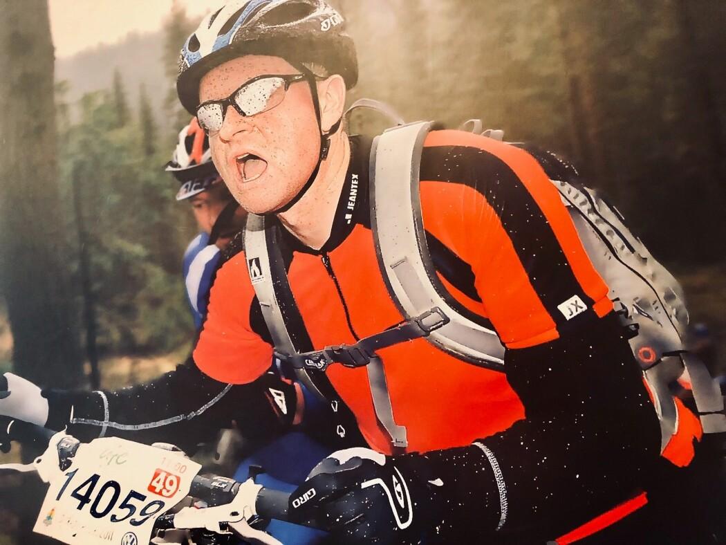 Trond Hole løp Birkebeiner-terrengløpet på to mil etter at han fikk diagnosen Parkinsons sykdom. Han vil vise at det går an å være aktiv til tross for at sykdommen gir senket førlighet og livskvalitet.. Bildet er av ham under Birkens sykkelritt før han ble syk.