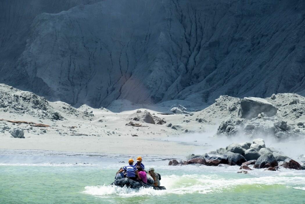 En redningsbåt drar fra White Island i New Zealand etter vulkanens utbrudd mandag 9. desember.