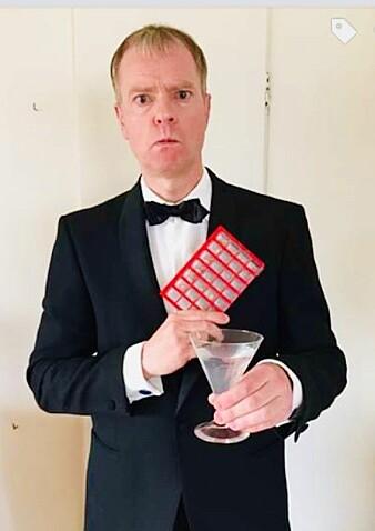 Med denne selfien ikledd James Bond-uniform og sitatet «Shaken, not stirred», fortalte Trond Hole sine venner på Facebook at han hadde fått Parkinsons-diagnosen.