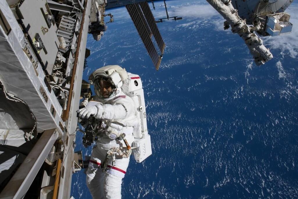En astronaut går her utenfor Den internasjonale romstasjonen. Oppe til høyre i bildet ser vi ASIM-instrumentet, som nå har levert flere banebrytende data.