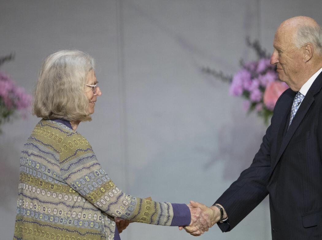 Styret i Det Norske Videnskaps-Akademi har vedtatt at prisbeløpet for Abelprisen skal økes fra 6 millioner til 7,5 millioner kroner. Her overrekker kong Harald prisen til Karen Uhlenbeck i Universitetets aula i mai i år.