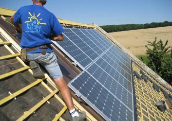 Vil den framtidige normen for norske hustak være solceller framfor takstein? Framtidas bygg kan bli selvforsynt med energi - og unngå å bidra til ustlipp av klimagasser. (Illustrasjonsfoto: Colourbox)