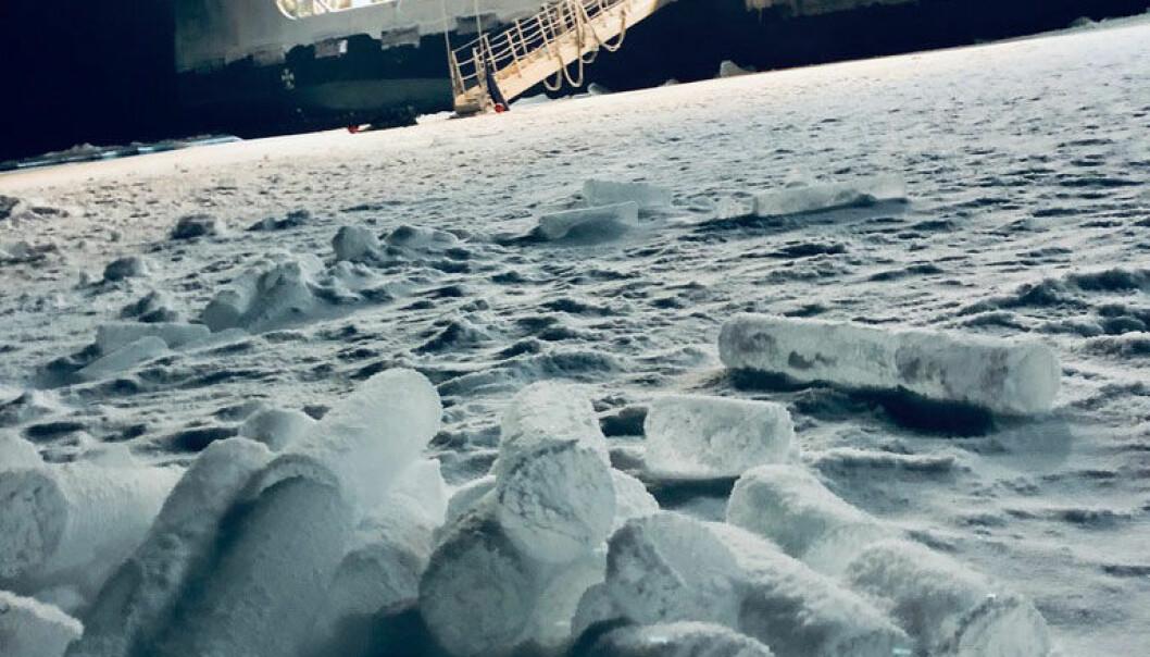 Å bore iskjerner i den mørke polarnatt er utfordrende og hardt arbeid. Iskjernene blir tatt med tilbake til laboratoriet om bord på skipet for videre analyser.