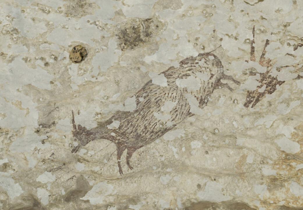 Et av byttedyrene malt på veggen. Til venstre for hodet kan du se seks små skapninger. Disse mener forskerne er dels menneskelige, dels dyreaktige skikkelser.