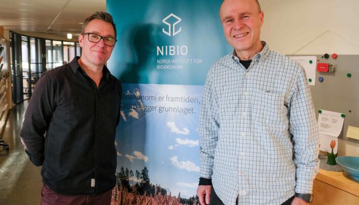 NIBIO-forskerne Geir Wæhler Gustavsen (til høyre) og Atle Wehn Hegnes har studert forholdet mellom personlighet og forbruk av økologisk mat.