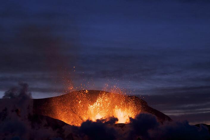 Utvruddet ved Eyjafjallajökull. Bildet er tatt 27 mars 2010. (Foto: Boaworm/Wikimedia Commons se lisens her)