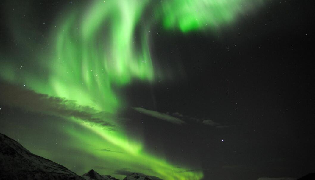 Den magnetiske nordpolen forflytter seg i rekordfart. Det er dårlig nytt for canadiere som vil se nordlys og ikke minst for en rekke navigasjonssystemer. Nordlyset på dette bildet er fra Skulsfjord utenfor Tromsø.