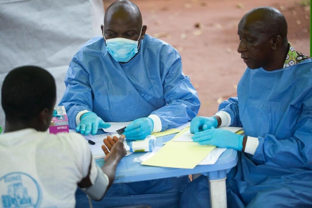 – Helse er i økende grad et kulturelt anliggende, sier Eivind Engebretsen ved CAS. her WHO-helsearbeidere som behandler en pasient under Ebola-utbruddet i Guinea.