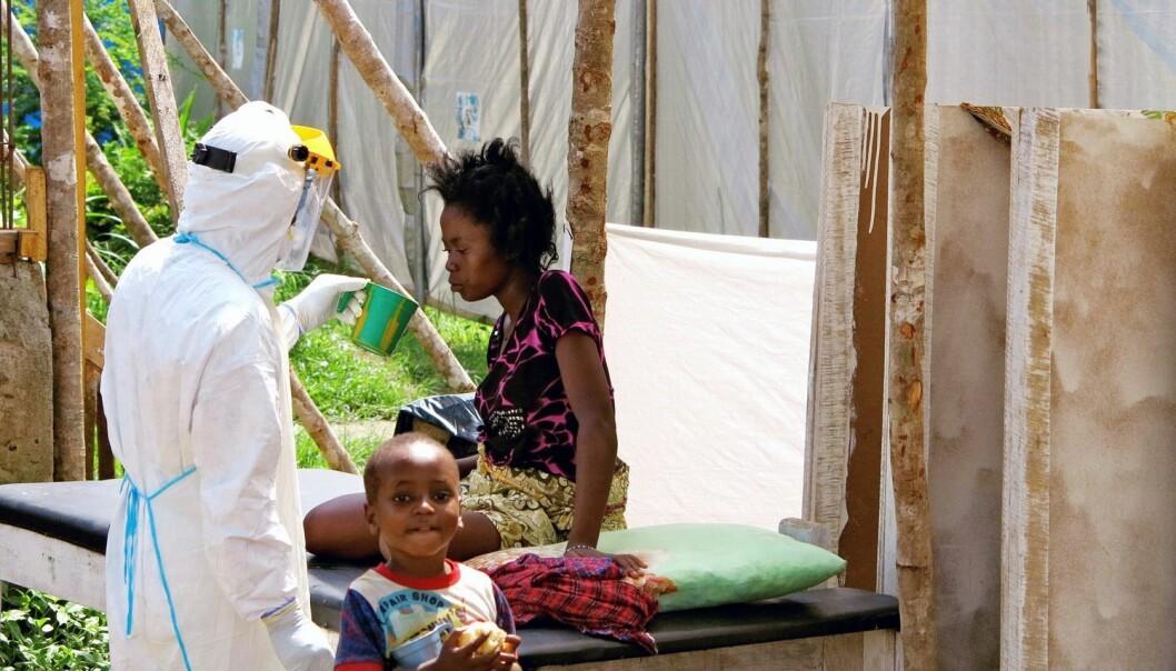 I Sierra Leone er det innført unntakstilstand. Her blir en kvinne behandlet mot ebola på Kenema Government Hospital i Kenema.  (Foto: Reuters)