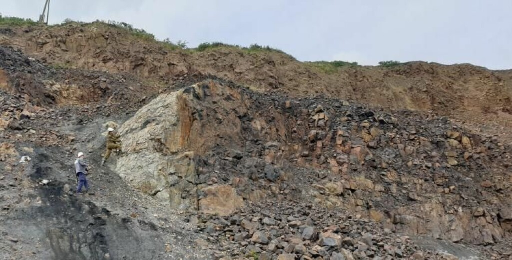 Geologene gjør undersøkelser i felt på det sentralsibirske platået. Fotoet viser en magmatisk bergart (intrusjon) som har trengt inn i sedimentære bergarter som i dette området har flere kull-lag.