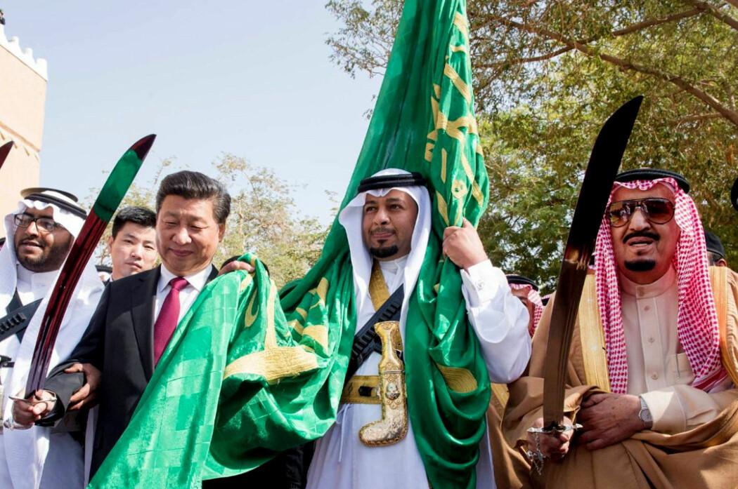 TETTE BÅND: Kinas president Xi Jinping møter kong Salman bin Abdulaziz av Saudi-Arabia. Deres to respektive land har blitt gjensidig avhengig av hverandre på grunn av Kinas oljeimport. Her er de to statsoverhodene avbildet sammen i 2016 mens de utfører en tradisjonell dans som del av velkomstseremonien for Xi Jinping i Riyadh.