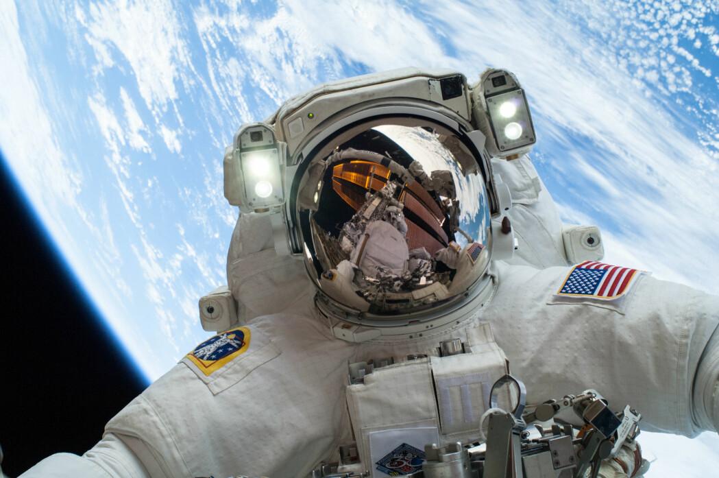 Den amerikanske astronauten Mike Hopkins på en såkalt spacewalk julaften 2013.