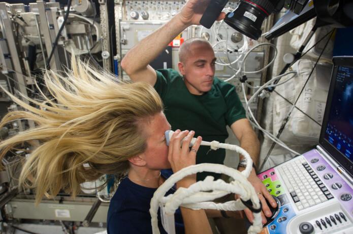Den norskættede amerikanske astronauten Karen Nyberg gjennomfører en ultralyd-undersøkelse av øyet i 2013, om bord den internasjonale romstasjonen. Bildet er ikke knyttet til den aktuelle studien.