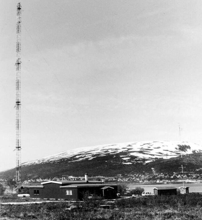 Tromsø kringkaster med en av de eldre antennemastene, før den største masten ble bygget i 1952. (Foto: Norsk telemuseum, avdeling Tromsø)