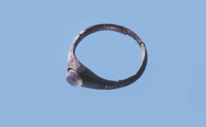 Kopper ble brukt til mange ulike formål i middelalderen. Bildet viser en ring av bronse med glassperle funnet i Stavanger. (Foto: Terje Tveit - Arkeologisk museum/Universitetet i Stavanger)