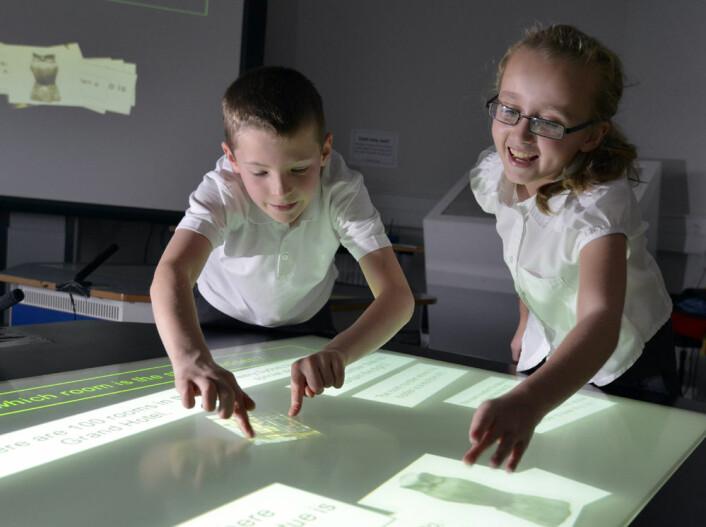 Flere elever kan jobbe ved samme pult, og dra symboler og dokumenter rundt på den store skjermen. (Foto: University of Durham)