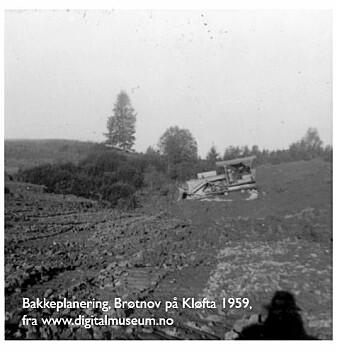 En ravinedal fylles igjen med masse på Kløfta i 1959.