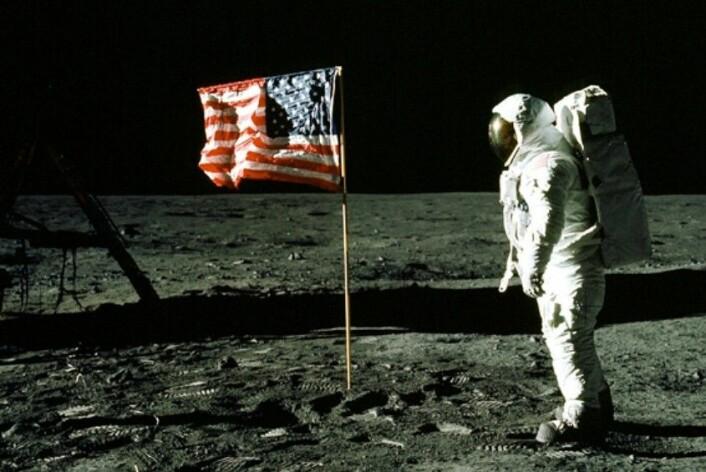 Noen av steinene som nå har blitt analysert stammer fra månelandinga i 1969. (Foto: Neil Armstrong/NASA)