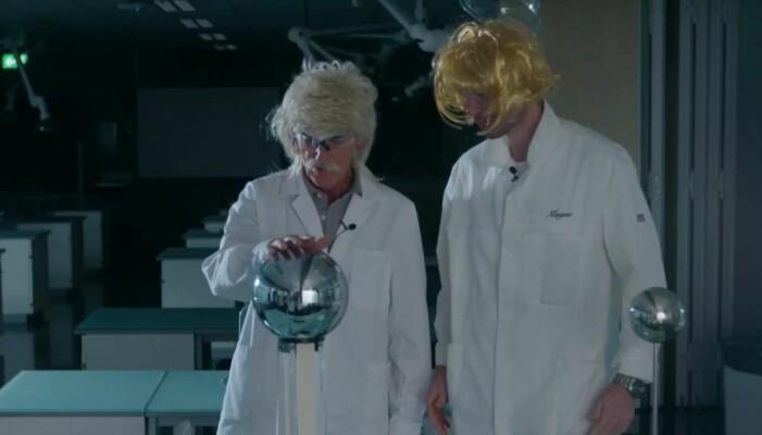 Magne og Inge testar statisk elektrisitet med litt ekstra hår.